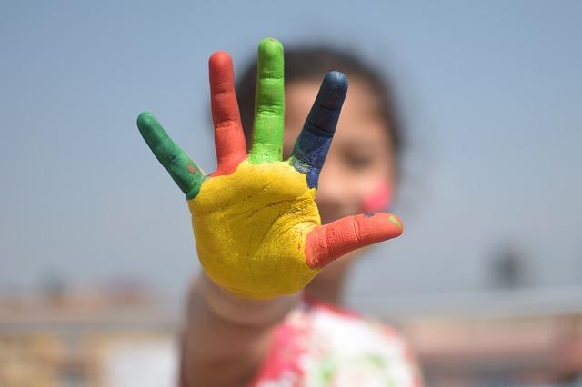 barevné prsty na ruce