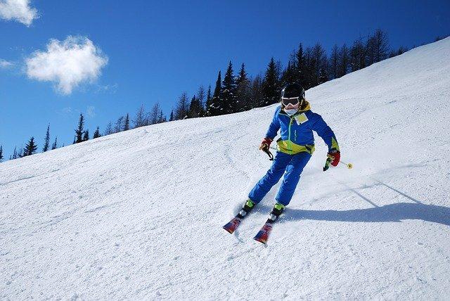 sjezd lyžaře