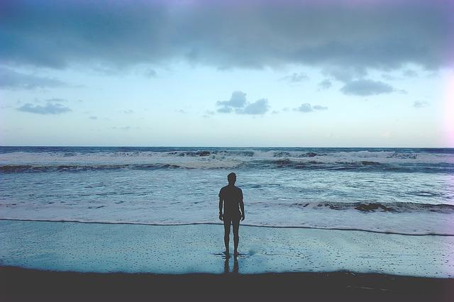 muž u oceánu