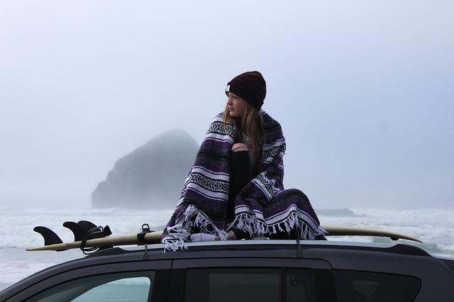 dívka na střeše vozu