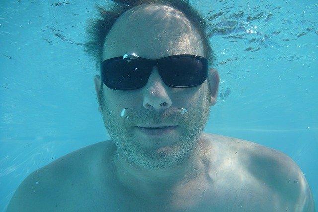 muž potápějící se v bazénu